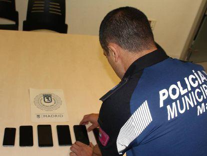 Algunos de los móviles robados en la sala Cool y recuperados por la Policía el martes.