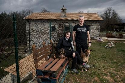 Ana y Marcel posan delante de la casa que han construido en Jánovas.