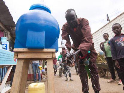 Un hombre se lava las manos en un aseo portátil en el suburbio de Kibera, en Nairobi, el 20 de marzo de 2020.