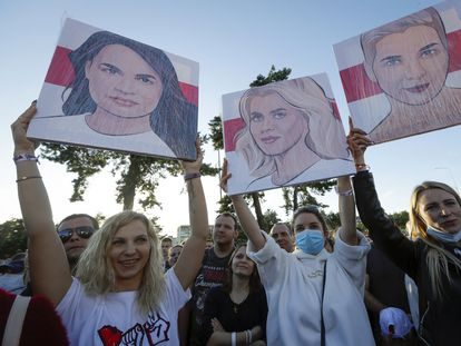 Varias mujeres sostienen retratos de las opositoras Tijanóvskaya, Tsepkalo y Kolesnikova, durante un acto de la campaña de la candidata a las presidenciales bielorrusas Svetlana Tijanóvskaya, el pasado jueves en Borisov.