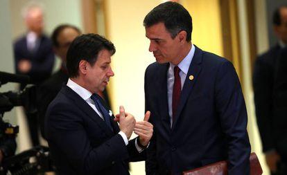 El primer ministro italiano, Giuseppe Conte, habla con el presidente español en funciones, Pedro Sánchez, en una imagen tomada en mayo en Bruselas.