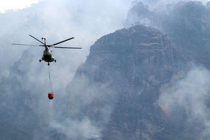 Un helicóptero sobrevuela el incendio forestal en Tepoztlán, México.