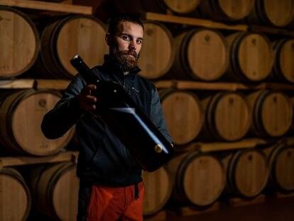 Pablo Canales, uno de los miembros de Bodegas Sers de la comarca Cinca Medio, sostiene una botella de sus vinos.
