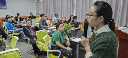 Un grupo de vendedores en Taobao acude a una clase impartida por la Taobao University de Alibaba para prepararse de cara al Día de los Solteros.