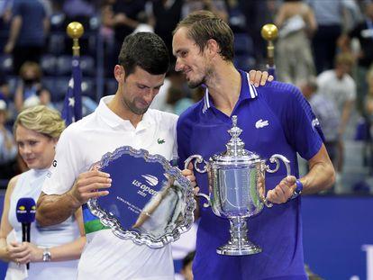 Djokovic y Medvedev posan con sus respectivos trofeos durante la ceremonia en la Arthur Ashe.