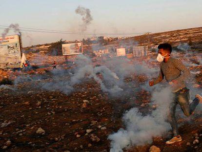 Un manifestante palestino huye del gas lacrimógeno disparado por las fuerzas israelíes cerca del asentamiento judío de Beit El en Cisjordania, el pasado 11 de noviembre.