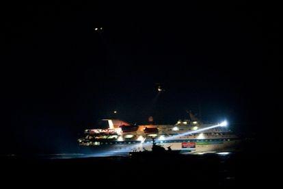 El buque turco asaltado por la armada israelí es escoltada por dos naves hebreas y lo que parecen ser dos helicópteros.