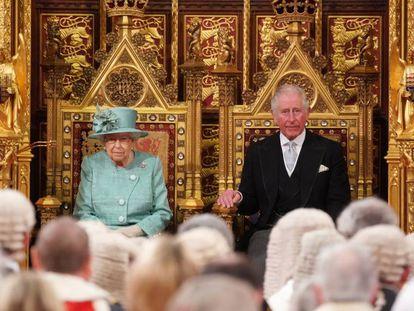 La reina Isabel II y el príncipe Carlos, en el Parlamento británico, el jueves.