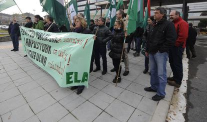 Un momento de la concentración convocada por ELA ante la sede del Gobierno en Vitoria.