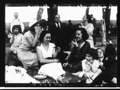 Familias merendando en San Fernando. en 1933.
