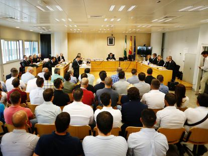 El banquillo con los 45 acusados de amañar oposiciones a la Policía Local de Sevilla y absueltos el pasado septiembre.