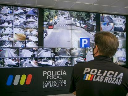 El jefe de la Policía Local de Las Rozas, Manuel López, observa las imágenes de las cámaras de seguridad en la sala del 092.