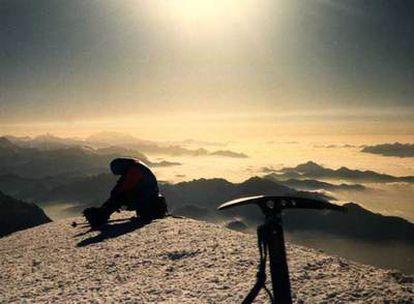 Un alpinista descansa sentado en su mochila en la cumbre del Mont Blanc, en los Alpes franceses.