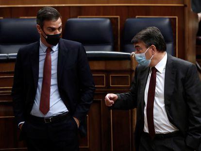 El presidente del Gobierno, Pedro Sánchez, y el portavoz del PNV Aitor Esteban, conversan este miércoles tras la intervención del líder de Vox, Santiago Abascal, en la moción de censura en el Congreso de los Diputados.