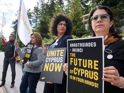 Chipriotas se manifiestan por la paz este miércoles en Crans-Montana.