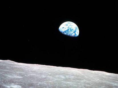 La misión Apolo 8 fue la primera en llevar humanos a la órbita lunar. Desde allí, tomaron esta fotografía