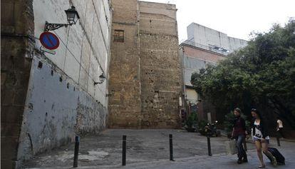 Uno de los edificios que se derribarán adosado a la muralla romana.