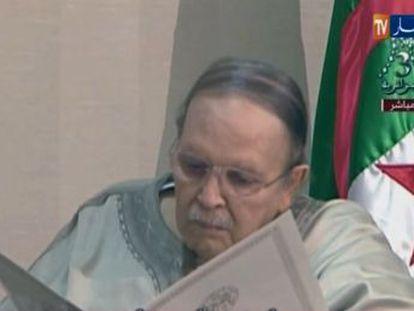 """El presidente de Argelia, que dimitió forzado por la calle y el Ejército tras 20 años en el poder, dirige su """"última carta"""" a los argelinos"""