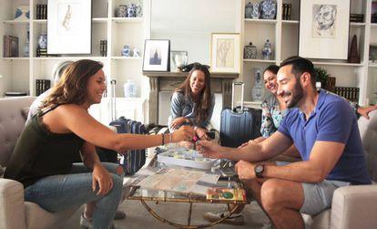 Una empleada de Minty Host entrega las llaves a un grupo de turistas estadounidenses.