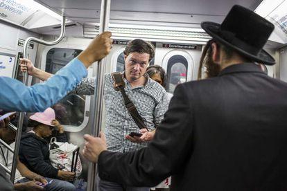 El periodista estadounidense Evan Ratliff en el metro de Nueva York.