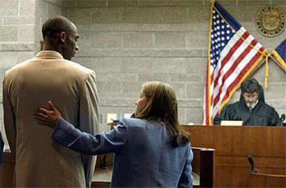Kobe Bryant, junto a su abogada, durante la vista preliminar de su caso.
