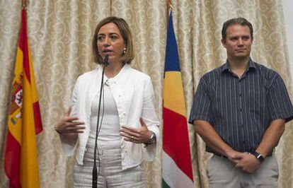 Carme Chacón, acompañada del ministro de Exteriores de Seychelles, Jean Paul Adam, en la capital de las islas, Victoria.