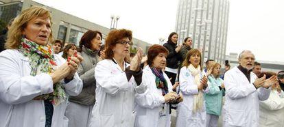 Médicos y sanitarios del hospital de La Paz, durante las protestas contra el plan privatizador de la Sanidad.