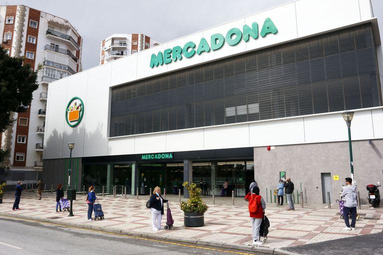 Personas hacen cola ante un supermercado en Málaga.