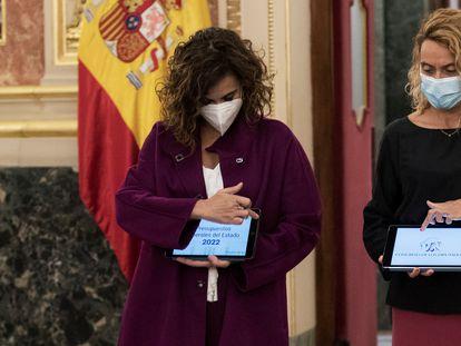 La ministra de Hacienda, María Jesús Montero (izquierda) entrega a la presidenta del Congreso, Meritxell Batet el proyecto de ley de los Presupuestos Generales del Estado para 2022.