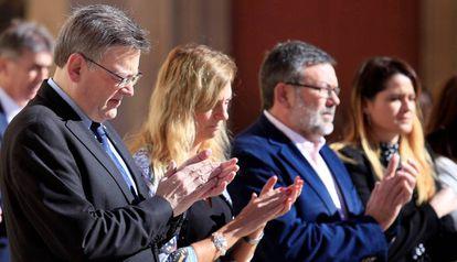 El president de la Generalitat valenciana, Ximo Puig (i), durante el minuto de silencio en repulsa por la violecia machista tras el asesinato machista de una mujer a manos de su expareja en la localidad alicantina de Elda.