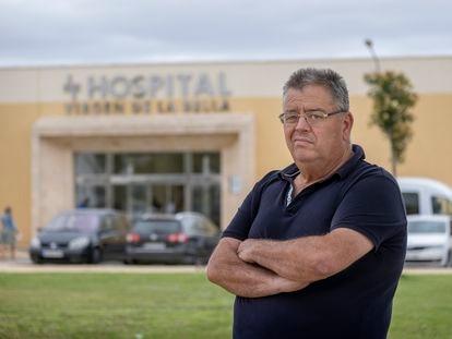 Tomás Antonio Almansa, en la puerta del Hospital Virgen de la Bella en Lepe (Huelva).