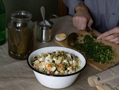 La base de la receta son ingredientes cocidos, troceados y aliñados con mayonesa.