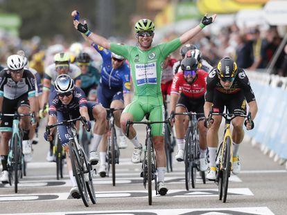 Cavendish levanta los brazos tras ganar en Valence.