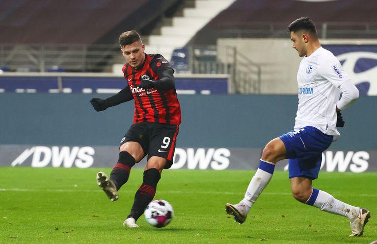 Jovic marca su segundo gol contra el Schalke 04 este domingo en Frankfurt.