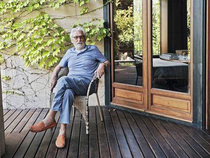 Óscar Tusquets, sentado en el patio de Villa Andrea, su casa del Barcelona, donde ha tenido que recluirse por la pandemia. |