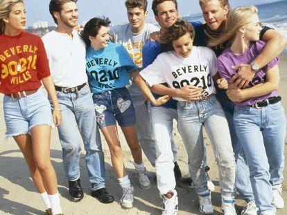 Imagen promocional de 'Sensación de vivir', 'Beverly Hills 90210' en su versión original, en una playa de Los Ángeles en 1991.