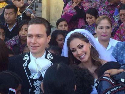 Los novios, acompañados por mujeres indígenas.