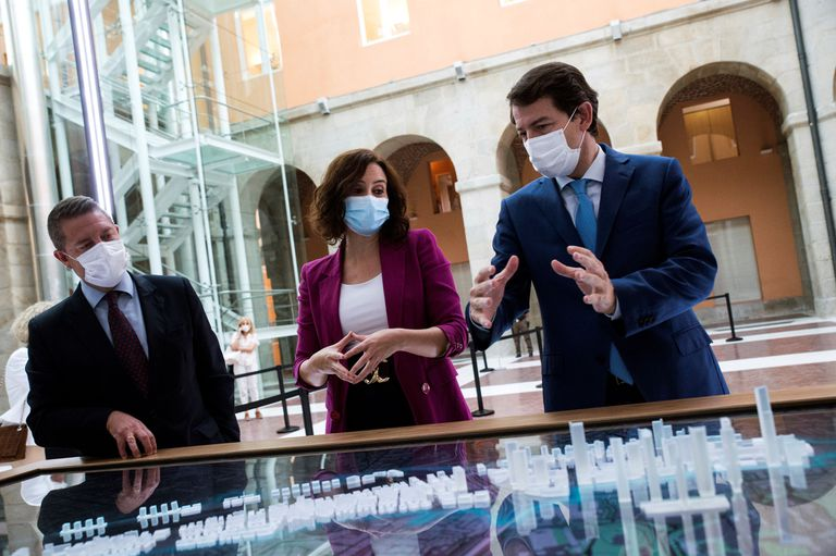 La presidenta de la Comunidad de Madrid, Isabel Ayuso junto al de Castilla-La Mancha, Emiliano García-Page (izquierda), y el de Castilla y León, Alfonso Fernández Mañueco, tras su reunión en Madrid el pasado 7 de septiembre.