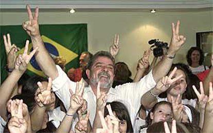 El candidato del Partido de los Trabajadores, Lula da Silva, saluda, rodeado de niños, ayer durante la celebración de su 57º cumpleaños.