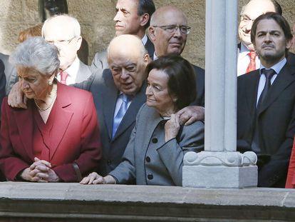 En el centro, el expresidente de la Generalitat, Jordi Pujol, junto a su esposa Marta Ferrusola (izquierda) y su hijo Oriol Pujol (a la derecha, mirando a cámara), tras una misa de Sant Jordi en 2013 en Barcelona.