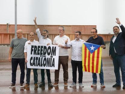 De izquierda a derecha, Raül Romeva, Jordi Turull, Jordi Cuixart, Joaquim Forn, Jordi Sànchez, Josep Rull y Oriol Junqueras, tras salir de la prisión de Lledoners.