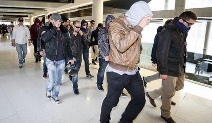 Agentes de los Mossos tras la declaración de uno de ellos por el 'caso Raval'.