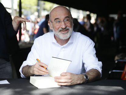 El escritor Fernando Aramburu firmando libros en el Sant Jordi de 2017.