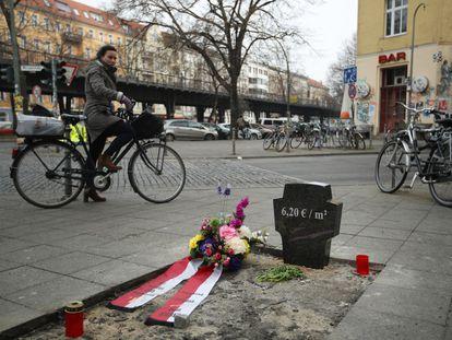 Una intervención artística callejera en protesta de la subida de los alquileres en Berlín subraya el alto costo del metro cuadrado en la ciudad.