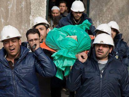 Un grupo de 'cascos blancos' llevan a un compañero muerto durante su funeral en Duma (Siria), en 2015.