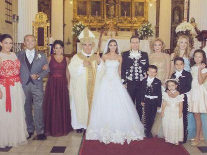 Los novios, rodeados por sus familiares, en una imagen difundida en la cuenta oficial del gobernador de Chiapas, Manuel Velasco.
