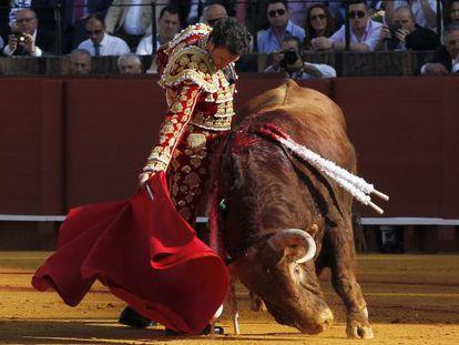Finito de Córdoba, durante la faena a su primer toro, ayer en la Maestranza de Sevilla.