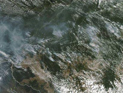 Imagen de satélite de la NASA con el humo de los focos de los incendios en la Amazonia.