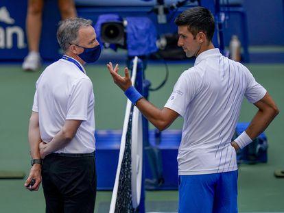 Novak Djokovic da explicaciones a Soeren Friemel tras el incidente del pelotazo en Nueva York.