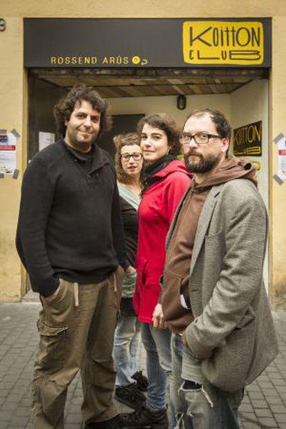 Bernat Serrat, Núria Alcober, Montse Velázquez y Pep Rius, fundadores del bar musical Koitton Club, de Sants.